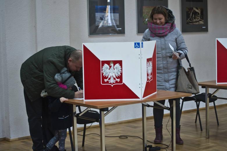 Wybory samorządowe 2018. Trwa głosowanie w drugiej turze wyborów samorządowych 2018. W naszym regionie do urn pójdą mieszkańcy w 15 gminach. Zobaczcie