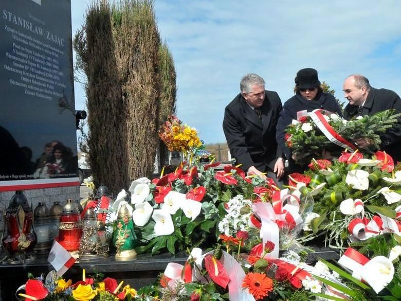 Kwiaty i wieńce złożono na grobie śp. senatora Stanisława Zająca