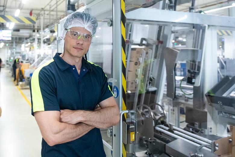 Dyrektor generalny BMP Igor Matus oprowadzał nas po fabryce. W zakładzie w Poznaniu powstają mniejsze partie produkcyjne - droższych kremów, o większej ilości składników - Eucerin czy Nivea Visage, a także oliwka Bambino.