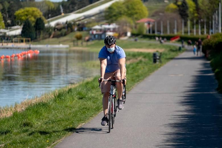 Bardzo ciekawe tereny dla rowerzystów zaczynają się za metą toru regatowego. To tutaj znajduje się spory kompleks leśny, przez który prowadzą szlaki