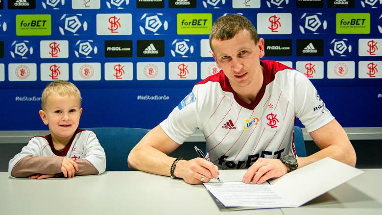 Kluby Ekstraklasy chętnie pozyskują piłkarzy nie posiadających kontraktów. Nic w tym dziwnego, gdyż takie transfery nie są obarczone wielkim ryzykiem