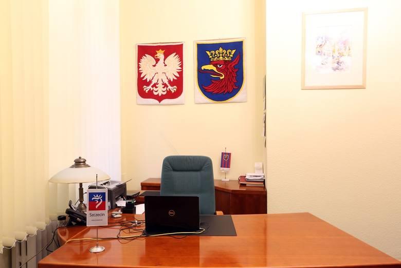 W gabinecie przewodniczącego wiszą herby miasta i Polski. Radny pracuje tu nad sprawami, które dotyczą nas wszystkich.