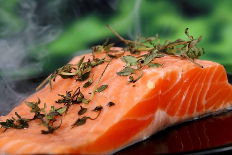 Tłuste ryby morskie takie jak łosoś, śledź, makrela czy sardynki to najbogatsze źródło kwasów tłuszczowych z grupy omega-3. Zwiększone spożycie tych