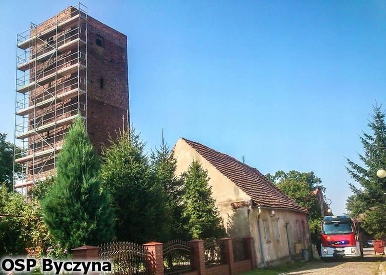 Druhowie z Byczyny weszli na BasztęPiaskową dzisiaj przed godz. 10.00. Zdjęli z wieży gniazdo szerszeni. Owady zagrażały robotnikom pracującym przy renowacji