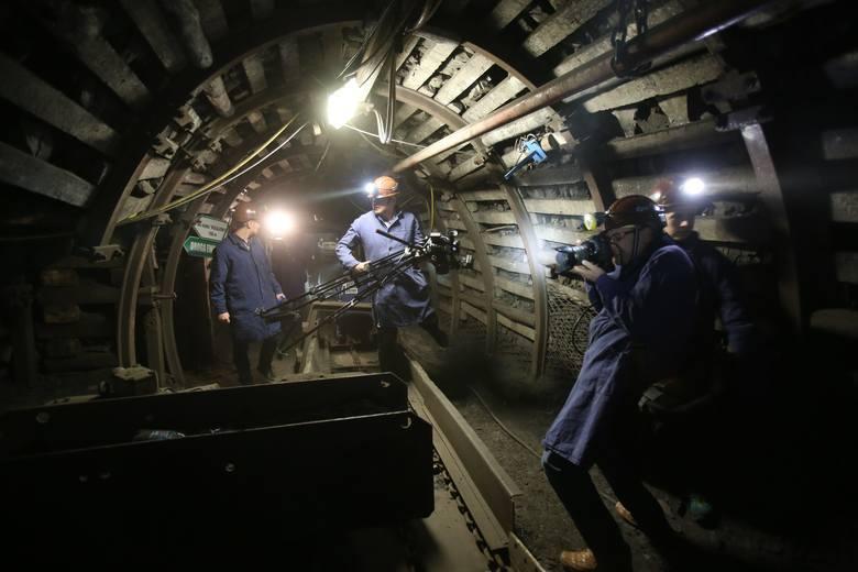 Kopalnia Guido w Zabrzu. Sesja ślubna na kopalnianym chodniku głęboko pod ziemią, to pomysł zawsze oryginalny