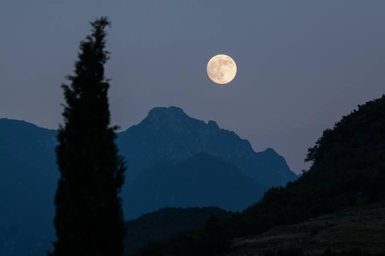 Pełnia Księżyca Żniwiarzy 2019. Księżyc wpływa na ludzi. Na jednych mocniej, na innych słabiej - w czasie pełni Księżyca niektórzy mogą być niespokojni