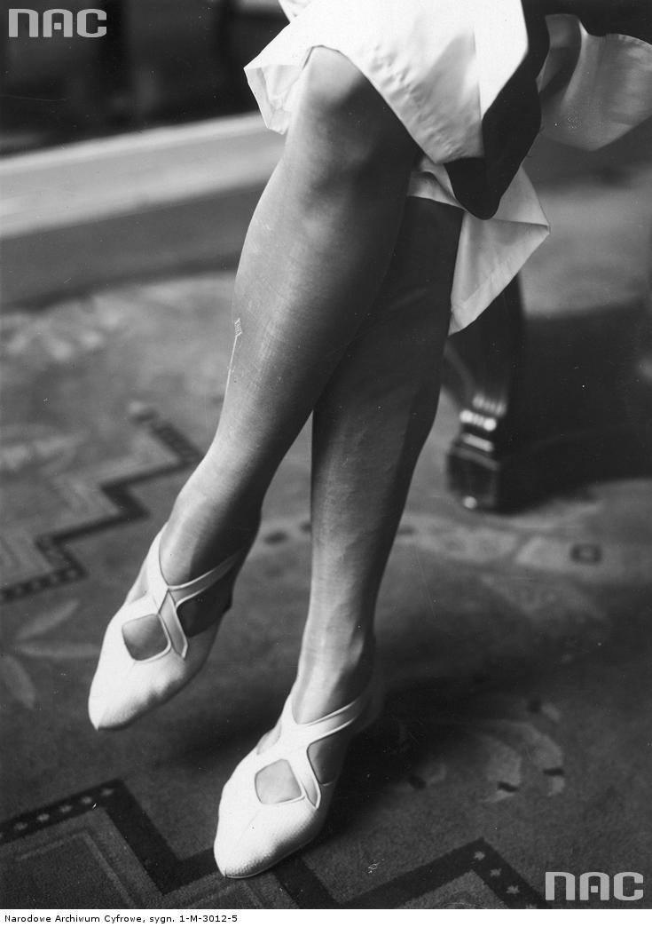 Modelka prezentuje nieprzemakalne buty do chodzenia po plaży.