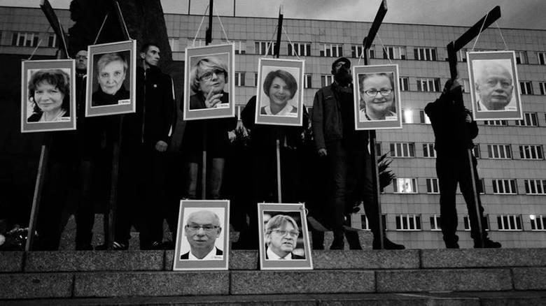 Członkowie Ruchu Narodowego powiesili na szubienicach zdjęcia posłów PO