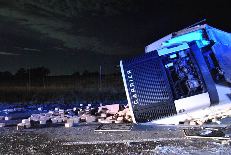 Kierowcy zginęli na miejscu. Samochody spłonęły i niemal wtopiły się w asfalt. Poza tym trzeba było pozbierać ładunek ciężarówek.