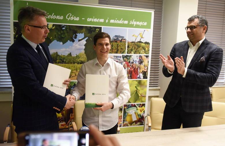 Prezydent Zielonej Góry Janusz Kubicki podpisał umowę z liderem Falubazu Patrykiem Dudkiem.