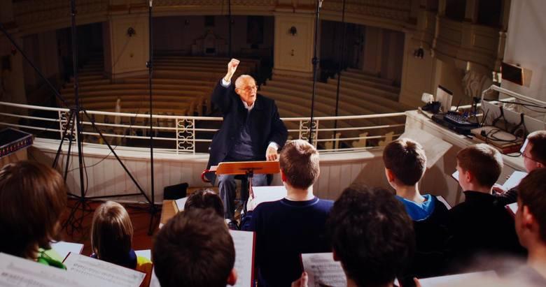 Profesor Stefan Stuligrosz podczas jednej z prób Poznańskich Słowików w kościele Wszystkich Świętych w Poznaniu