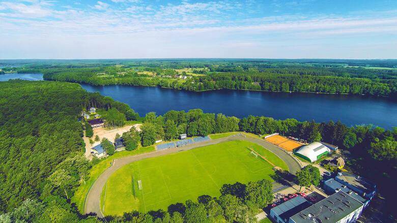 Wielkopolska skrywa w sobie wiele wyróżniających się obiektów piłkarskich zachwycających m.in. świetnym położeniem czy nowoczesną infrastrukturą. Stadiony