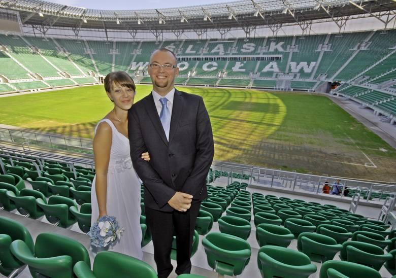 Stadion jako miejsce sesji ślubnej? Czemu nie. W naszym regionie ślub był m.in. na stadionie Górnika Zabrze. Na zdjęciu: Wrocławe