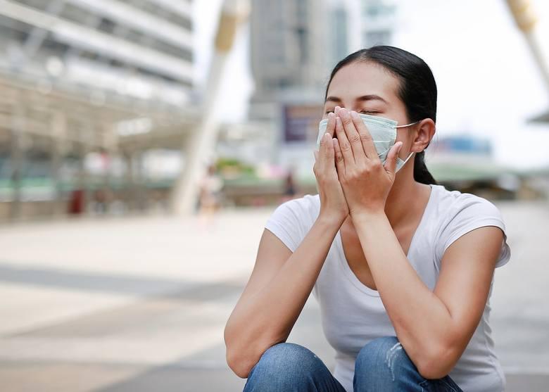 """W medycznym czasopiśmie """"Lancet"""" opublikowano badanie, w którym lekarze sugerują, że kobiety łagodniej przechodzą zakażenie koronawirusem, rzadziej umierają"""