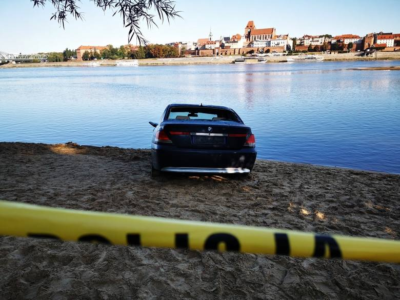 Dlaczego miesiąc temu do Wisły stoczyło się bmw? Nie przesłuchano ostatniego właściciela auta, który unika kontaktu z policją. Dlaczego? SZCZEGÓŁY NA