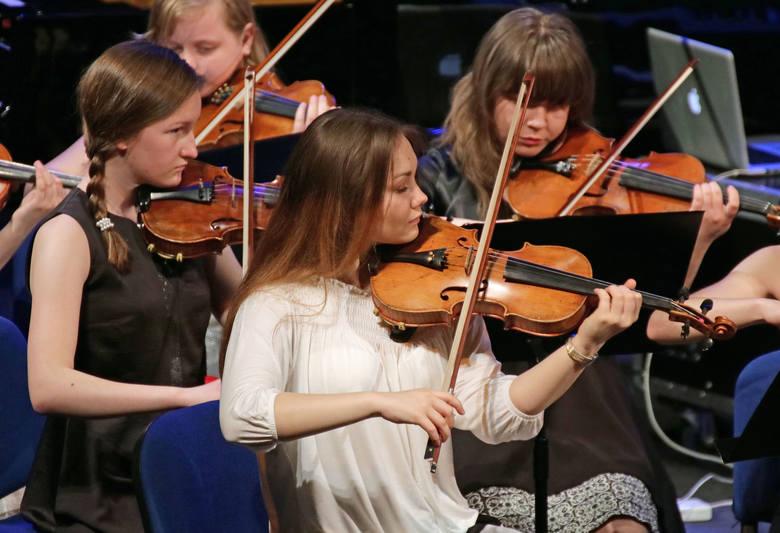Na scenie grudziądzkiego teatru w dwuczęściowym koncercie niedzielnym zespoły i orkiestry Państwowej Szkoły Muzycznej I i II stopnia w Grudziądzu. W