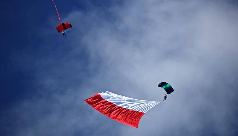 Nie każdy fragment materiału z bielą i czerwienią może uchodzić za flagę lub narodowe barwy. Jeśli już będą użyte w państwowym kontekście, należy postępować
