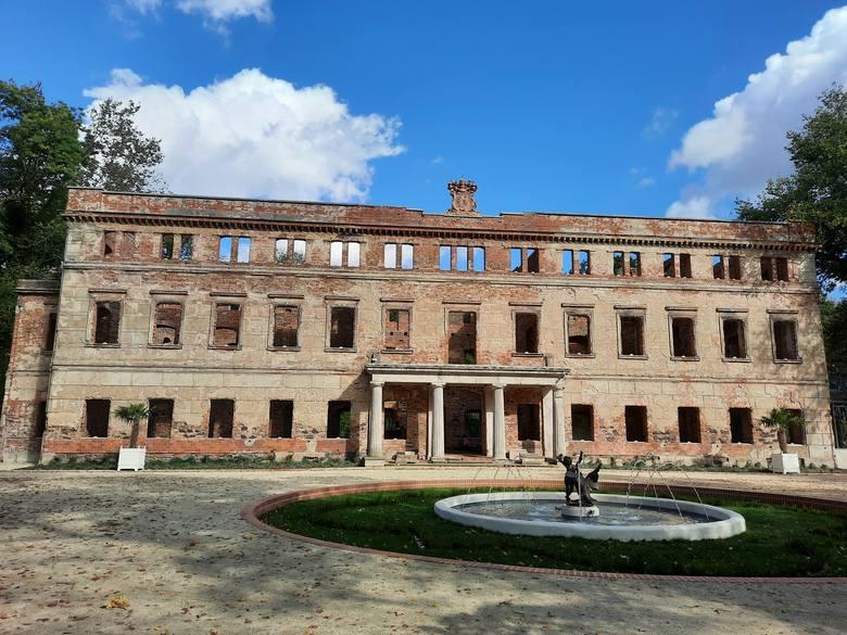 """Pałac został zabezpieczony jako trwała ruina. Jednak wystarczy nieco wyobraźni, aby """"zobaczyć"""" jego wnętrza"""