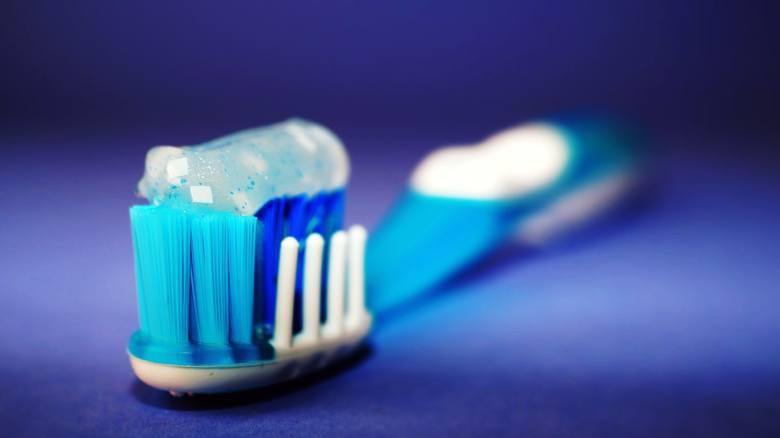Najpopularniejszy rodzaj szczoteczki do zębów jest dostępny w dziesiątkach, jak nie setkach wersji. Dostępne są produkty z włosiem o różnej twardości,