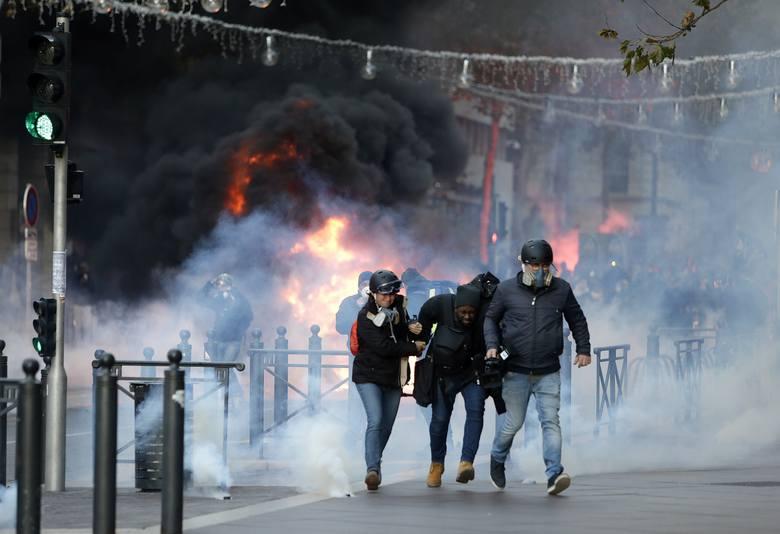 """Francja: Zamieszki w Paryżu 8.12 ZDJĘCIA Protesty """"żółtych kamizelek"""". Bilans: 260 rannych, 1700 zatrzymanych. Ile osób protestowało?"""