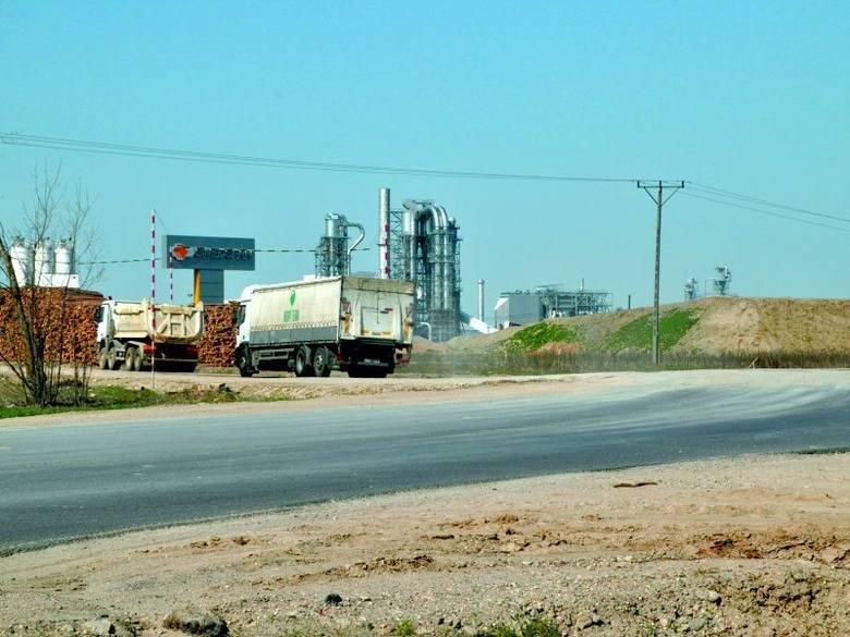 Skrzyżowanie DK nr 66 z drogą dojazdową do koncernu (na zdjęciu), po uruchomieniu fabryki płyt HDF, nie będzie spełniało odpowiednich wymogów. Ze względu