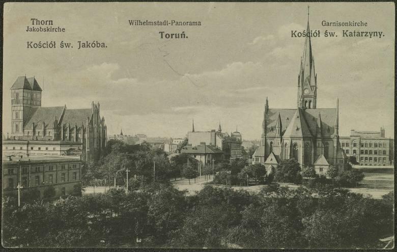 Tak prezentował się plac Świętej Katarzyny w drugiej dekadzie XX wieku. Na pierwszym planie bujna zieleń, dalej kościół garnizonowy, a po lewej m.in.