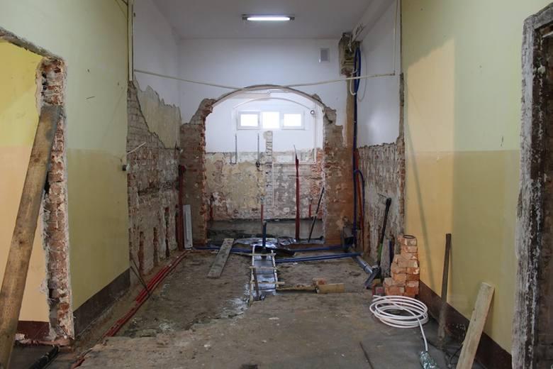 Trwa modernizacja budynku po byłym przedszkolu w Pakości. Powstanie tu dom dziennego pobytu dla seniorów.Dzieci uczęszczają już do nowego przedszkola,