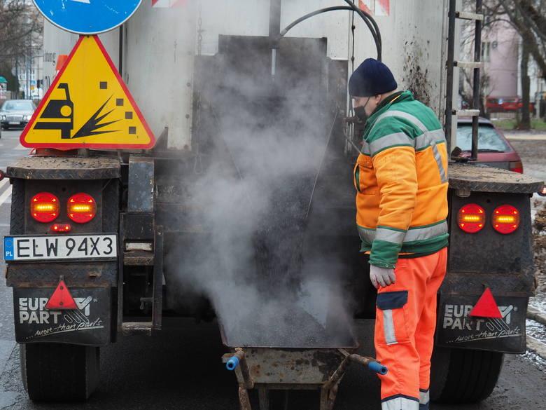Dziennie podczas naprawy ulic zużywa się ok. 40-50 ton masy. W planach jest łatanie dziur w blisko 180 miejscach, na co przygotowano 200 ton masy. W