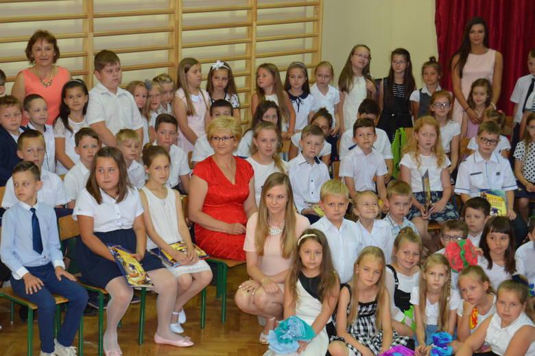 Dorota Pasztaleniec z uczniami podczas pożegnania ze szkołą
