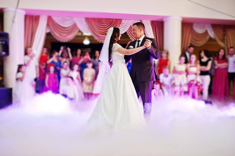 Coraz częściej mówi się o tym, że wesela są źródłem zakażeń koronawirusem, ale mimo zagrożeń pary nie rezygnują ze ślubów i przyjęć.  Było ich mniej