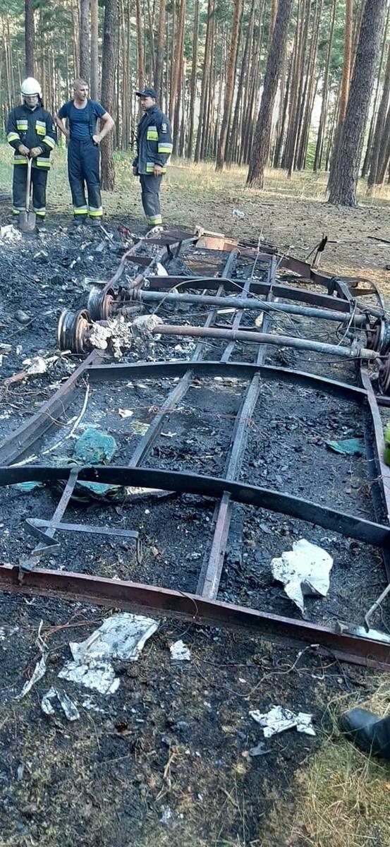 Przyczepa kempingowa doszczętnie spłonęła w lesie w Tarnowie Jeziernym w gminie Sława