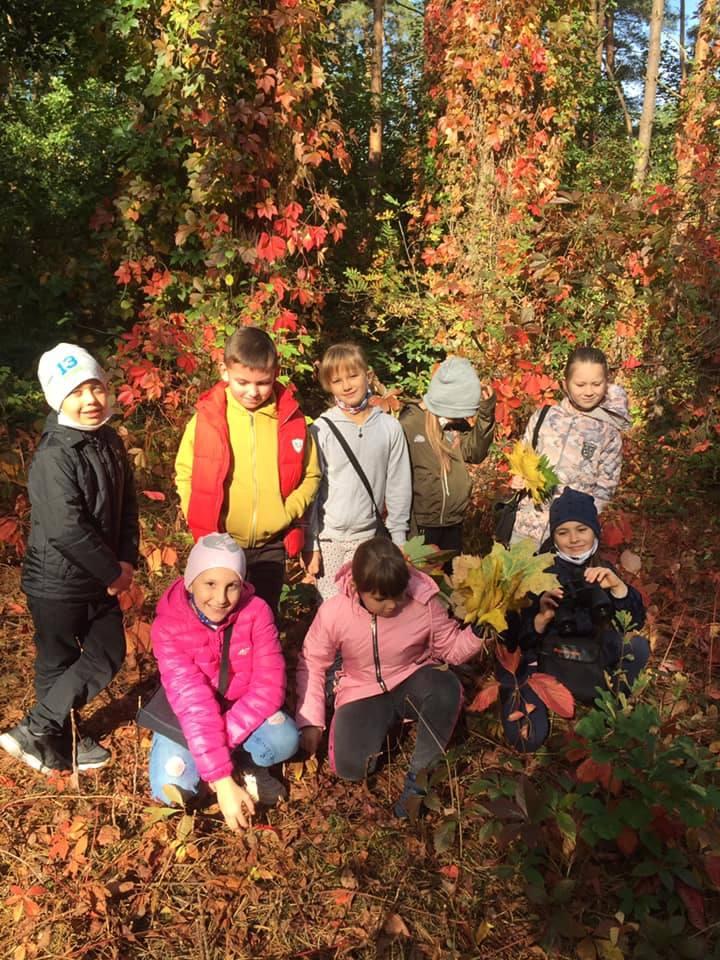 Uczniowie Szkoły Podstawowej w Brześciu pięknie świętowali Światowy Dzień Drzewa, który w tym roku wypadał w piątek 10 października. Wybrali się tego