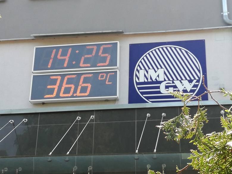 Poznań: Upał zbiera żniwo. Wzrasta liczba omdleń z powodu wysokich temperatur. Ratownicy pogotowia mają coraz więcej pracy