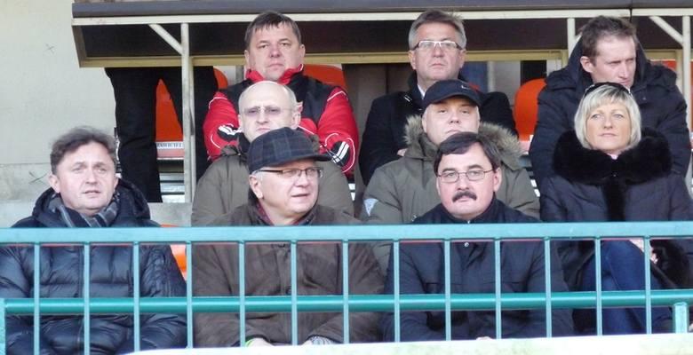 Prezes Zdzisław Sarnicki (pierwszy z lewej w środkowym rzędzie) wraz z innymi nowymi ludźmi w zarządzie stanął przed trudnym zadaniem wyciągnięcia kluczborskiego