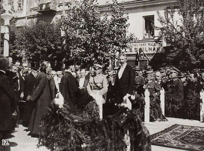 Przy drugiej bramie powitalnej u wylotu ul. Lipowej na Rynek Kościuszki marszałka Piłsudskiego powitali przedstawiciele gmin ewangelickiej, prawosławnej i żydowskiej