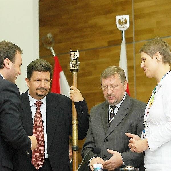 Choć (na zdjęciu) to Grzegorz Schreiber z PiS dzierży już laskę przewodniczącego sejmiku, to raczej fotel Krzysztofa Sikory (w środku), szefa radnych