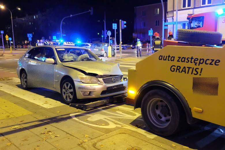Na miejscu zastali dwa rozbite pojazdy: taksówkę lexus oraz renault twingo
