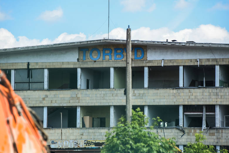 Tak prezentował się Torbyd przed i w trakcie rozbiórki.