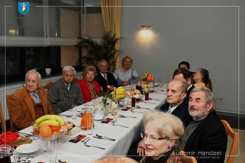 Nowy Sącz. Spotkanie opłatkowe seniorów z osiedla Przetakówka z prezydentem. Zaśpiewali im Sądeczoki [ZDJĘCIA]