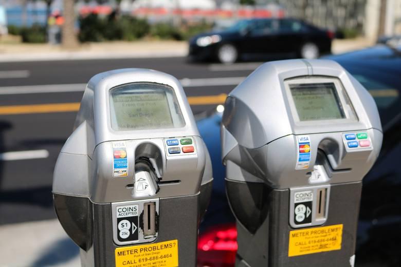 Parkowanie za darmo? Prawie połowa najmłodszych kierowców szuka bezpłatnego miejsca do upadłego. W pozostałych grupach wiekowych odsetek oszczędzających w ten sposób to od 32 do 40 proc.