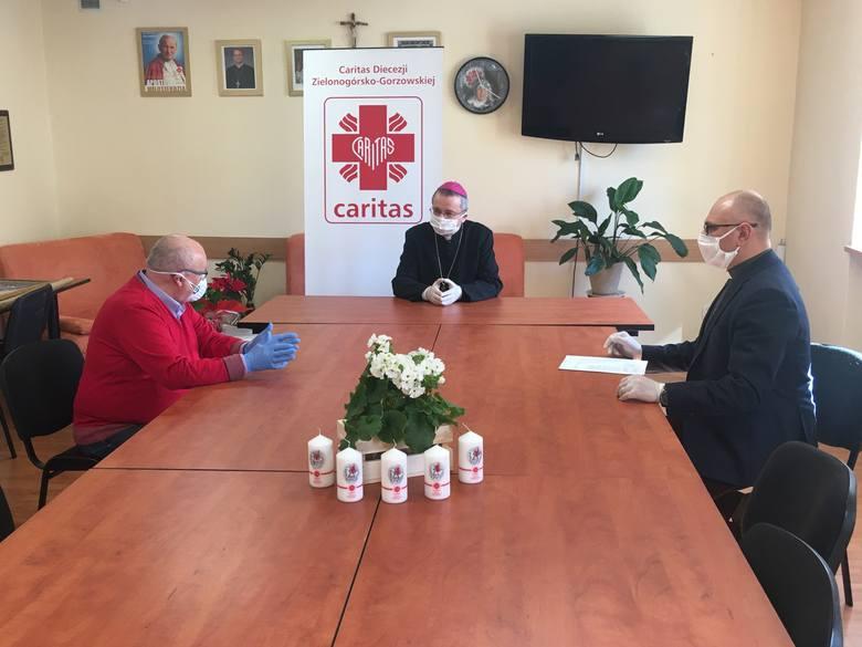 Konferencja prasowa w siedzibie Caritas Diecezji Zielonogórsko-Gorzowskiej w sprawie akcji Wdzięczni Medykom. Uczestniczą w niej: ks. bp. Tadeusz Lityński,