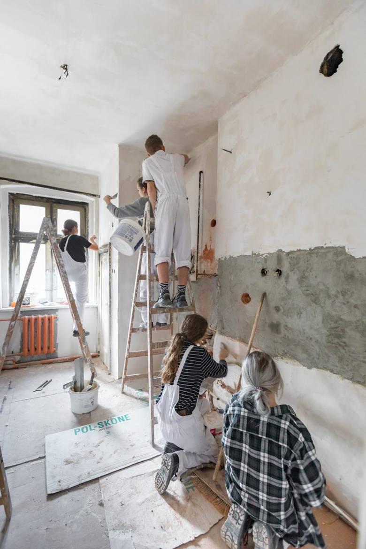 Kilkudziesięciu młodych ludzi zaangażowało się w remont spalonego mieszkania