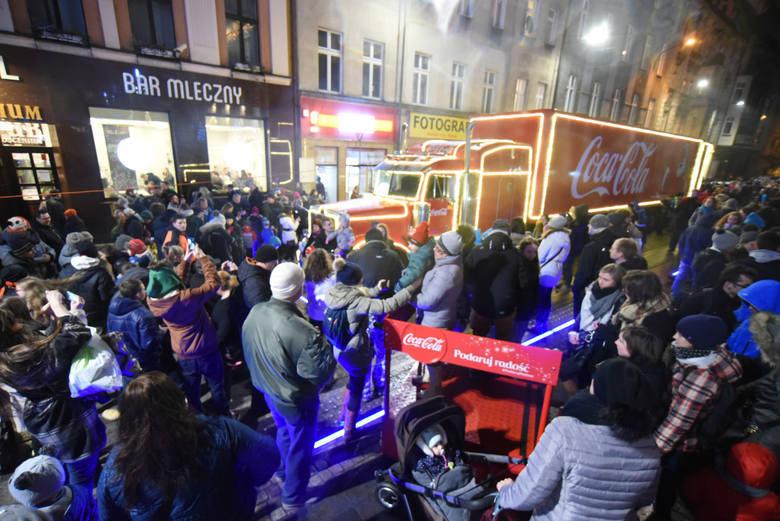 Słynne czerwone ciężarówki, znane z reklam telewizyjnych, pojawią się w Katowicach 3 grudnia. Rok temu zaparkowały w rejonie katowickiego rynku, w tym