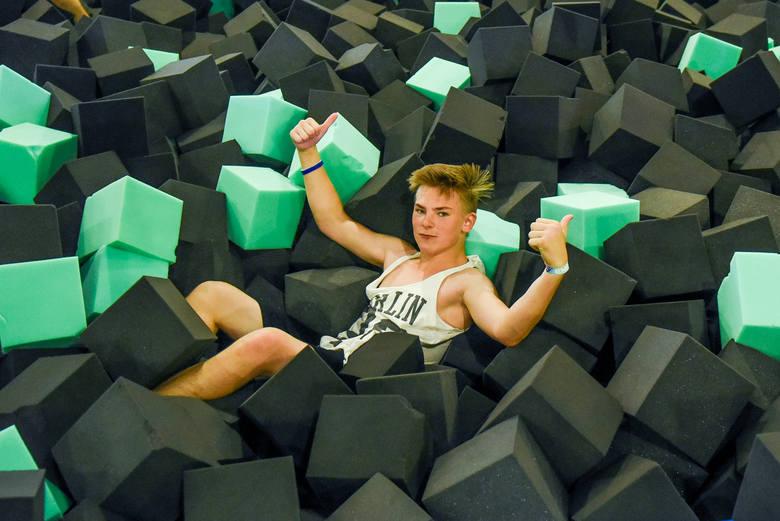Energi Super Park to nowy park trampolin w Poznaniu. Znajduje się w Galerii Pestka. Zobaczcie, jakie atrakcje czekają na odwiedzających.Przejdź do kolejnego