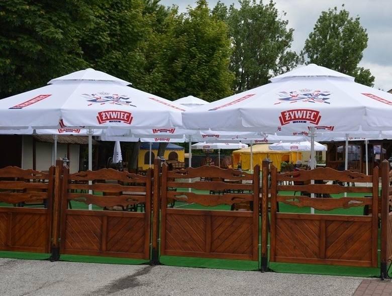 W Stalowej Woli pojawiły się ogródki piwne, lodowe i kawiarniane pod parasolami. Jeszcze nie we wszystkich lokalach, które były czynne przed epidemią