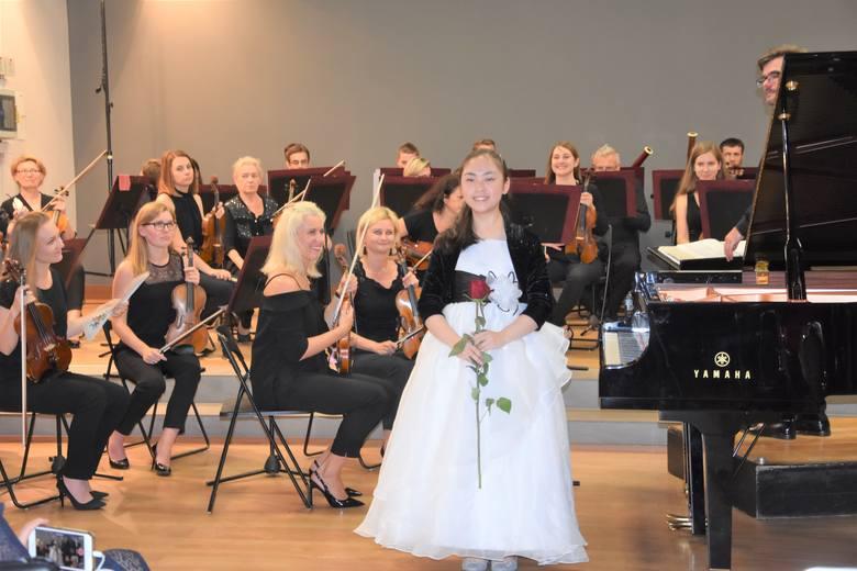 Uczestnicy XI Paderewski Piano Academy wystąpili w Nakle wraz z w Toruńską Orkiestrą Symfoniczną pod batutą Przemysława Fiugajskiego. Koncert odbył się