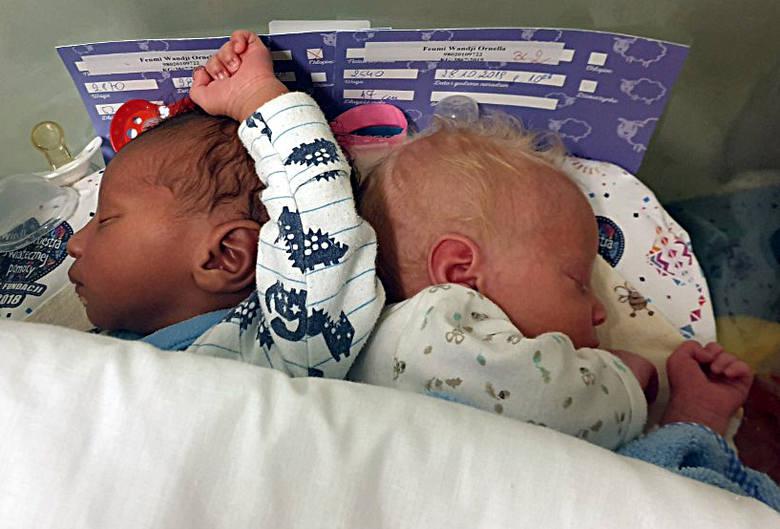Bliźnięta o różnych kolorach skóry urodziły się w łódzkim szpitalu! Jedno jest białe, drugie czarne! Bliźniaki z Łodzi. ZDJĘCIA 7.11.19