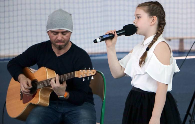 Już po raz piąty wykonawcy z Grudziądza i regionu w kategoriach szkół podstawowych i gimnazjów wykonywali solo i w zespołach piosenki obcojęzyczne. Konkurs