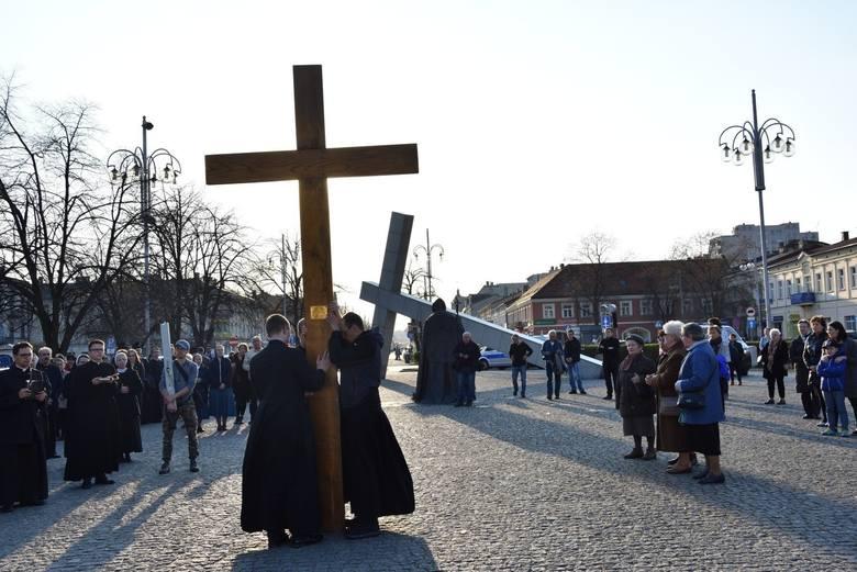 Drogi krzyżoweW tym roku nie odbywają się drogi krzyżowe, których trasy prowadzą wokół kościołów albo ulicami miast. Nie ma również drogi krzyżowej na