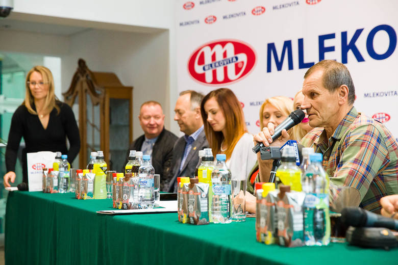 Z mikrofonem podczas konferencji prasowej Arkadiusz Leszczyński
